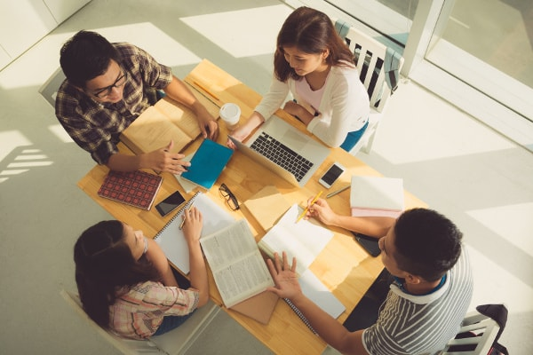 4 élèves étudient dans un centre d'apprentissage
